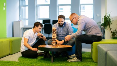 Przyjazna atmosfera w biurze JCommerce - nasi pracownicy chętnie spędzają razem czas - Jenga Game.